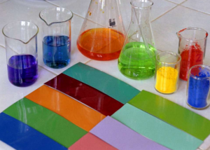 Лакокрасочный материал состоит из пленкообразующего вещества и красителей