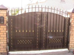 Металлические ворота шоколадного цвета