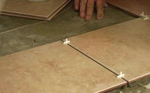 Слой клея при укладке плитки