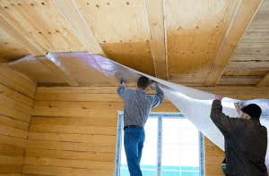 Изолировать потолок удобнее вдвоем