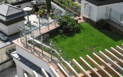 Устройство эксплуатируемой плоской крыши: идеальное решение для многоквартирных зданий и промышленных помещений