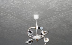 Как наклеить плитку на потолок качественно и быстро