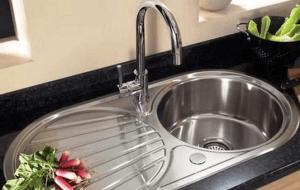Как устранить засор в раковине, используя для этого специальные или народные средства