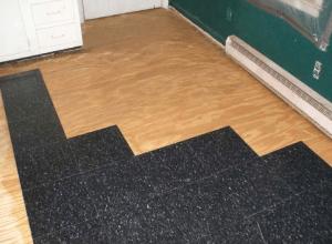 Для укладки плитки на фанеру пол должен быть ровным