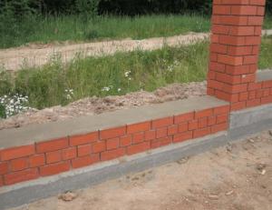 Кирпичная ограда на фундаменте
