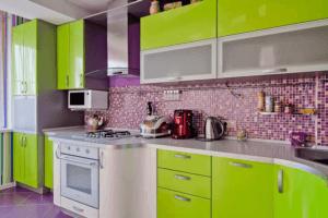 Фиолетово-зеленая гамма в интерьере кухни