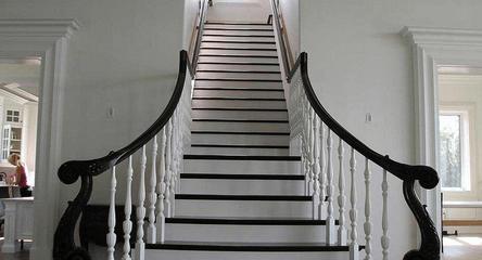Маршевая лестница с балясинами и черными перилами