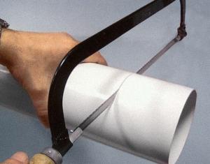 Труба ПВХ легко режется ножовкой
