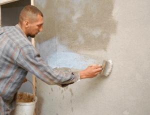 Заключительный этап выравнивания стен - грунтование