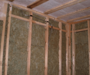 Обрешетка и утеплитель на стенах
