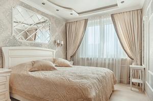 Однотонный текстиль в небольшой спальне