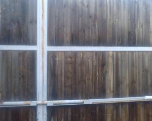 Покрытый отработкой забор
