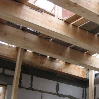 Деревянные балки перекрытия: размеры, количество, потолочный монтаж