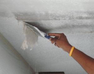 Удаление старой известки с потолка
