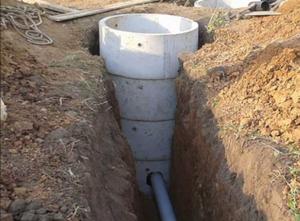 Монтаж выгребной ямы из бетонных колец