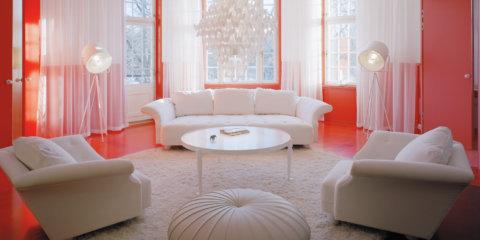 Коралловый с белым в гостиной