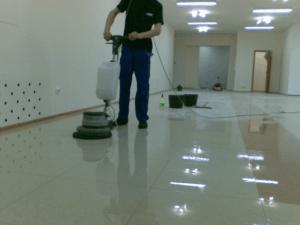 Мытье напольной плитки