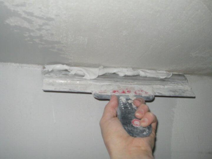 Шпатлевание потолка