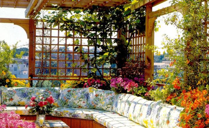 Интерьер беседки с цветами