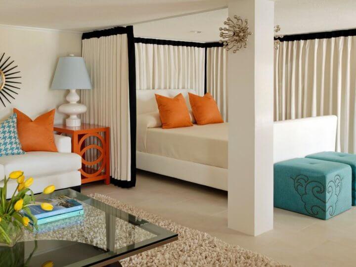 Разделение шторами гостиной и спальни