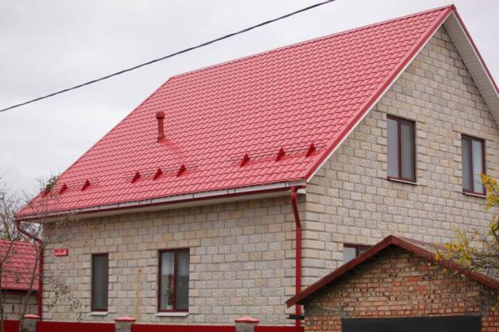 Металлочерепица на двухскатной крыше