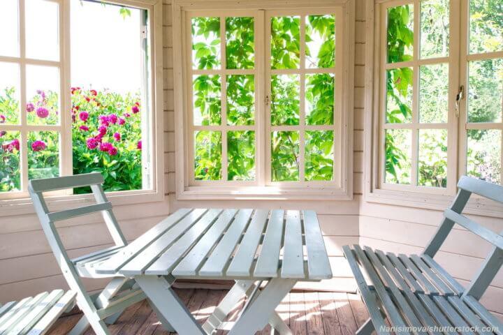 Деревянные окна на веранде