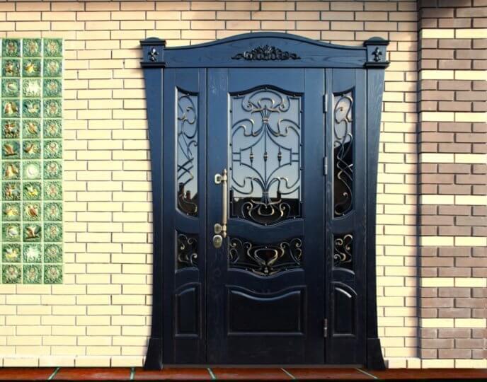 Металлическая дверь со стеклом и ковкой