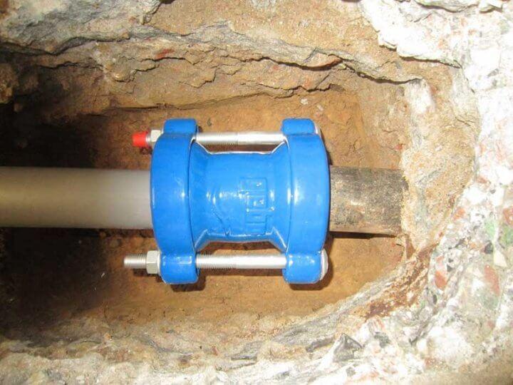 Фланцевое соединение канализационной пластиковой и металлической трубы