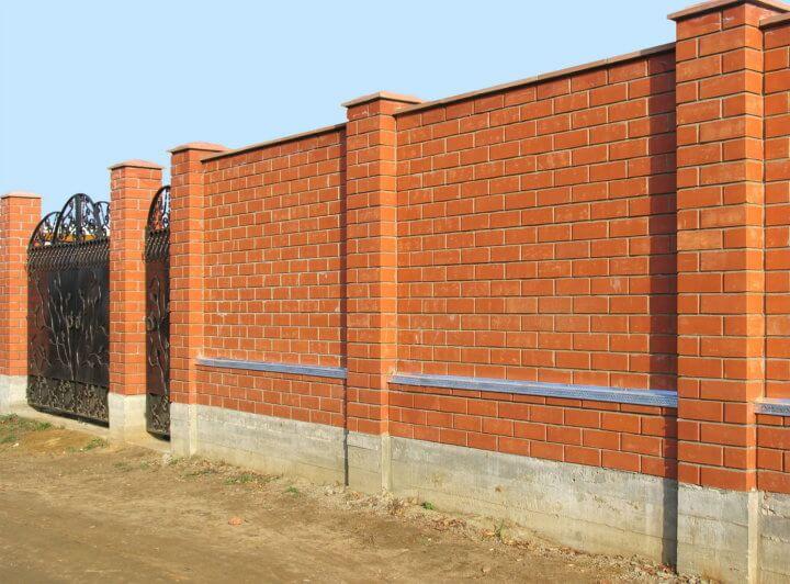 Кирпичный забор на фундаменте