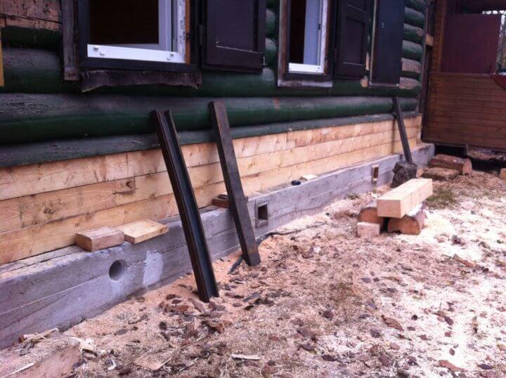 Новый ленточный фундамент под старым домом