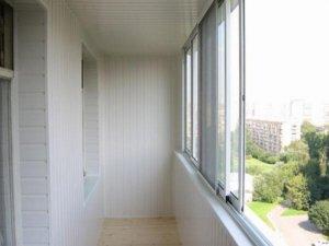Белая вагонка на балконе