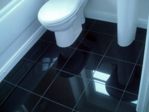 Плитка на полу в санузле