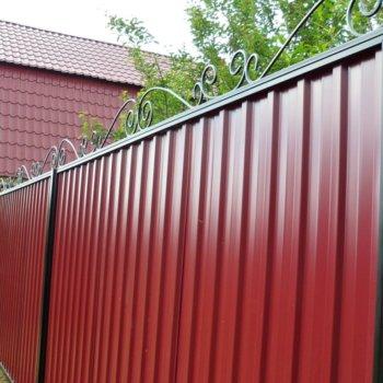 Забор из профнастила: расстояние между столбами, планирование и установка