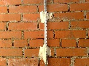 Выравнивание стен в ванной по маякам