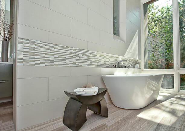 Облицованнык плиткой стены в ванной