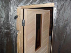Двери из красивой древесины