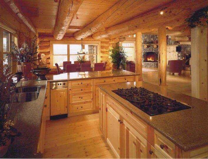 вскрытый лаком деревянный потолок