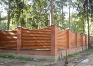 Забор из оцилиндрованного бревна