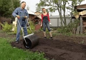 Земля под газон тщательно уплотняется