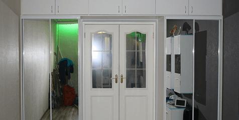 Дверной проем в обрамлении шкафов-купе