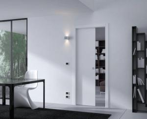 Двери с пеналом в стене