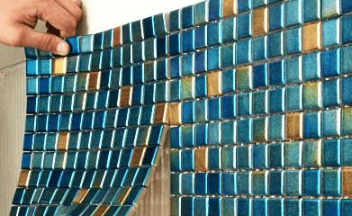 Приклеивание мозаичной плитки