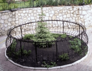 Кованый заборчик для елки