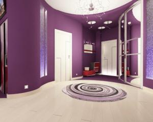 Фиолетовые стены и бежевый пол в прихожей