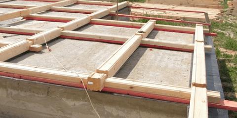 Первые венцы на бетонном основании