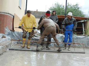 Укладка бетона около дома