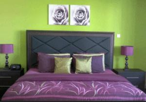 Сиреневый и зеленый в спальне
