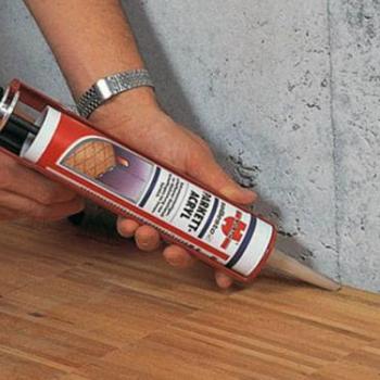 Заделка щелей в деревянном полу: материалы, инструменты и особенности процесса