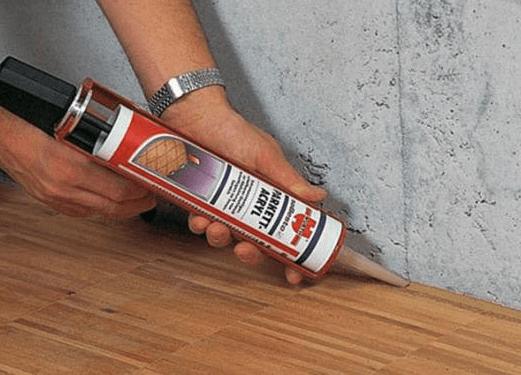 Заделать щели в деревянном полу опилками