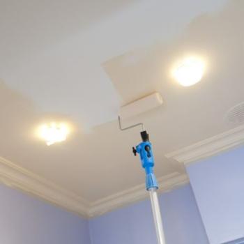 Чем покрасить потолок в ванной комнате: общая информация и основные рекомендации